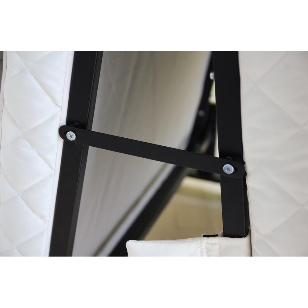 組立不要 立ち座りしやすい折りたたみベッド 布団干しモードにできるフックが付属。