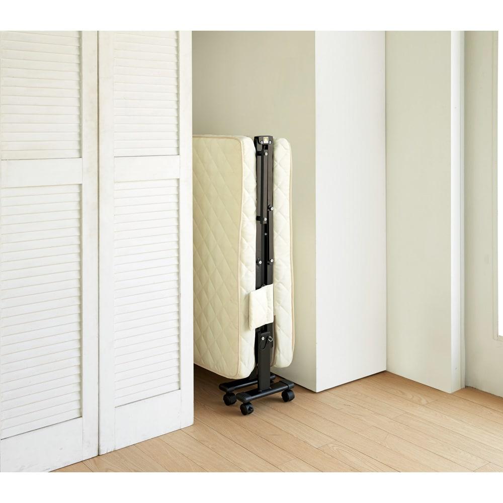 組立不要 立ち座りしやすい折りたたみベッド たたんですき間にすっきりと収納できます。