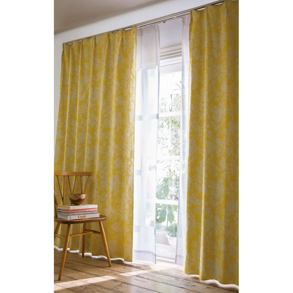 アルミコーティング遮熱・1級遮光ヒートブロック100サイズカーテン 150cm幅(2枚組) (シ)フラワーイエロー 写真は部屋の中が暗めに写っています。