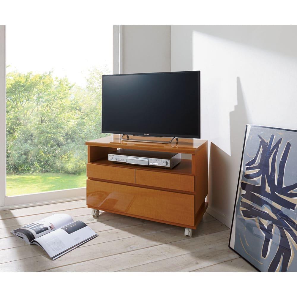 高さも角度も調整できるキャスター付きテレビ台 幅75cm リビングルームでの使用イメージ(ウ)ライトブラウン≪高さ51cm設置時≫。設置テレビは32インチ