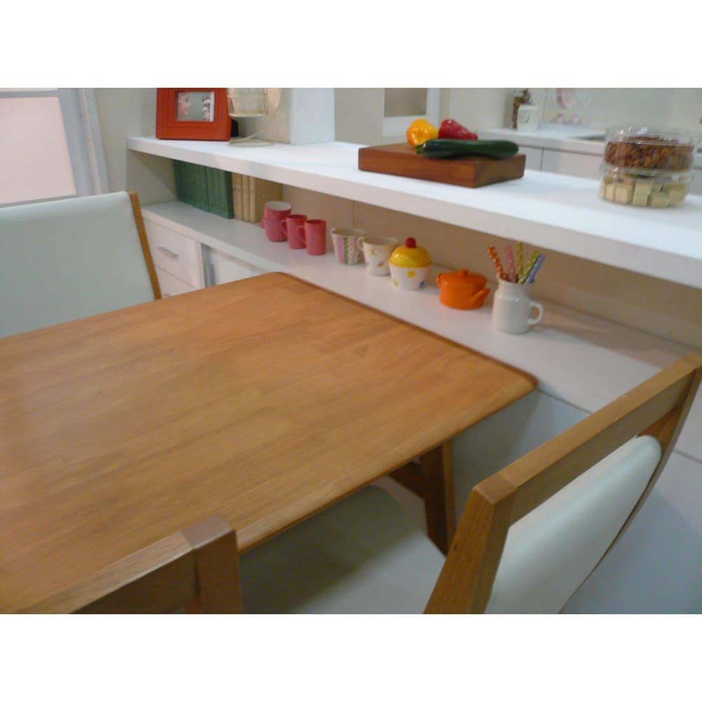 引き戸カウンター下収納庫 奥行23高さ70cmタイプ 引き出し・幅44.5cm ≪組合せ例≫ 一般的なダイニングテーブルの高さに合わせており、テーブルの延長上でフラットな使い方の提案商品です。