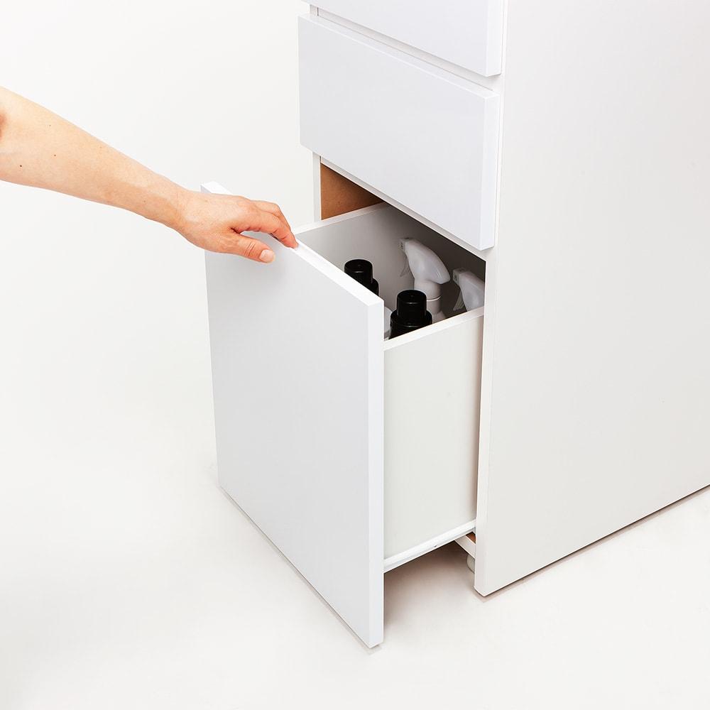 キャスター付きツヤツヤすき間チェスト 幅20cm 最下段は、引き出し上部に手をかけて開閉。背の高いボトルやスプレー類も収納できます。
