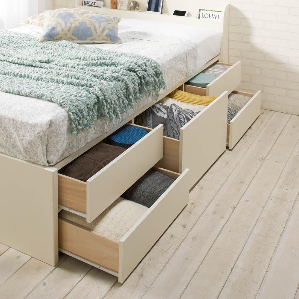 寝そべりながらタブレットが使えるベッド フレームのみ 大容量の5杯収納。真ん中の大きい引き出しはバッグを縦置きして収納できます。