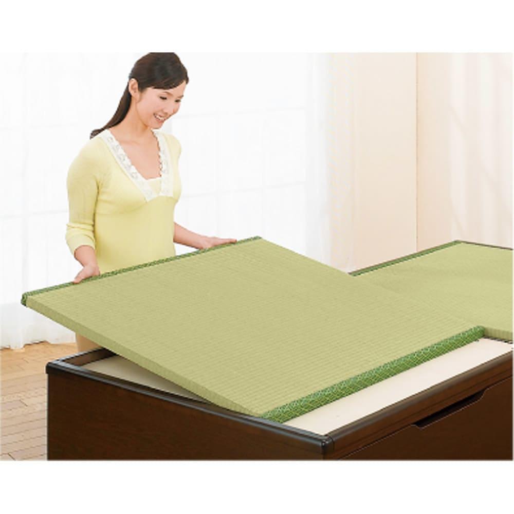 絨毯のような長いモノも収納できる!跳ね上げ式収納畳ベッド ヘッド付き(高さ80・床面まで41cm) 畳は取り外して陰干しできます。開閉時にずれ落ちないようになっています。