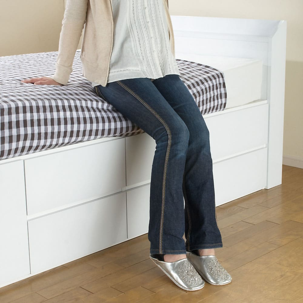 光沢が美しい収納チェストベッド ベッドフレームのみ マットレスをのせた場合の高さイメージです。モデルの方の身長は158cmです。