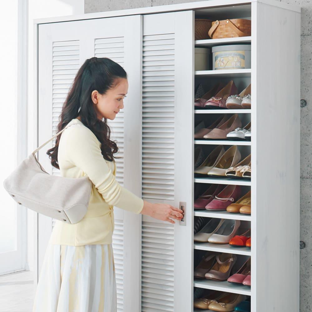 省スペース大量収納引き戸ルーバーシューズボックス 幅120cm 【開閉しやすい引き戸設計】引き戸の扉裏下部は車輪付きでスムーズに開閉。手に荷物を持っていても引き戸なら取り出しが簡単です。