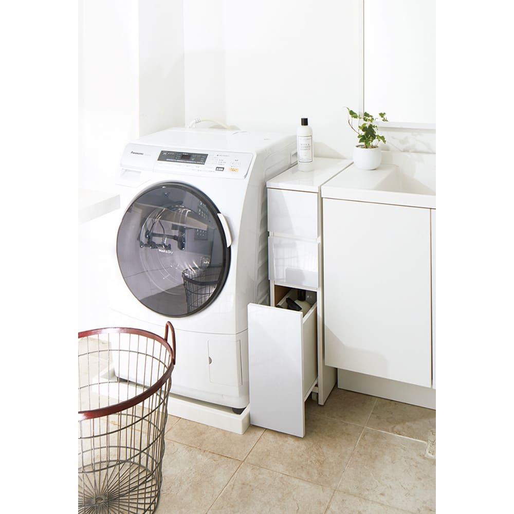 キャスター付きツヤツヤすき間チェスト 幅20cm 艶やかな光沢があり、シンプルながら高級感のある佇まいのサニタリーチェスト。洗面所のわずかなすき間に収まる幅20cmです。
