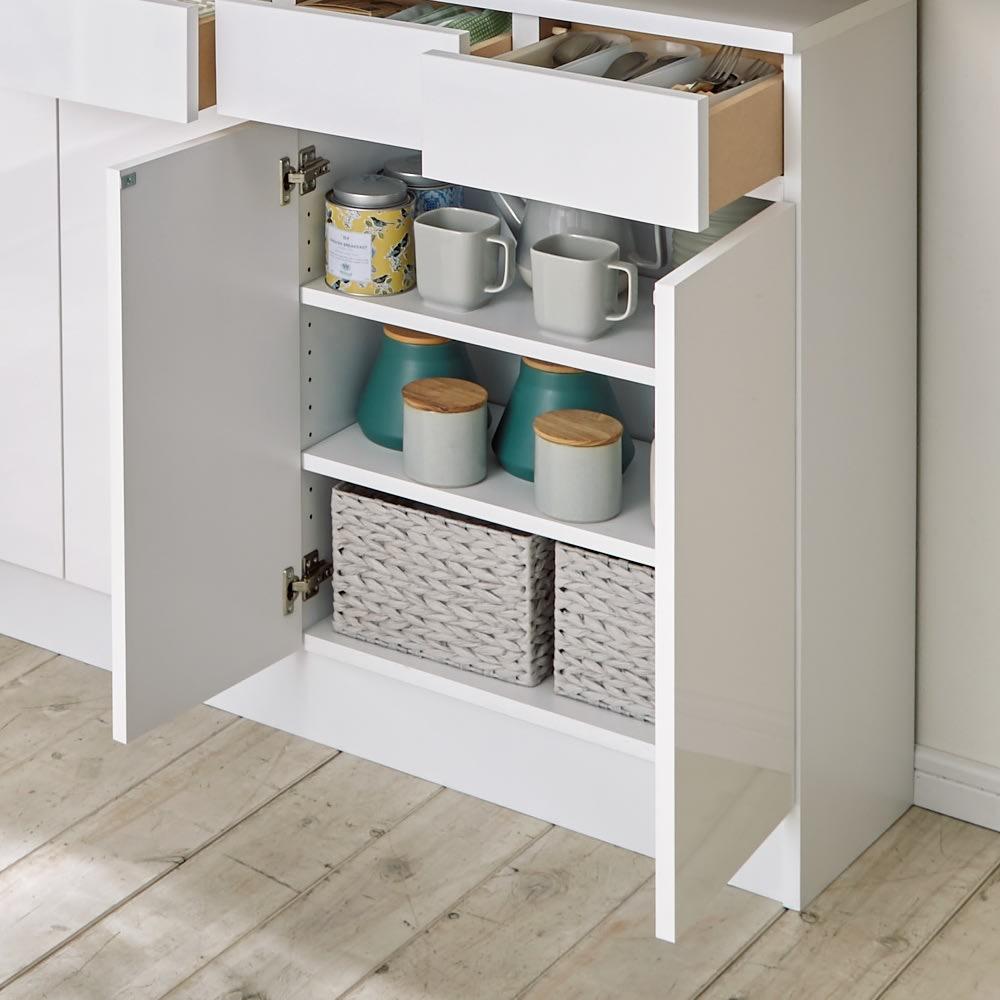 家電も小物も使いやすくしまえるカウンター下収納庫 カウンター扉 幅117.5cm 棚は3cm間隔で調整できて便利。