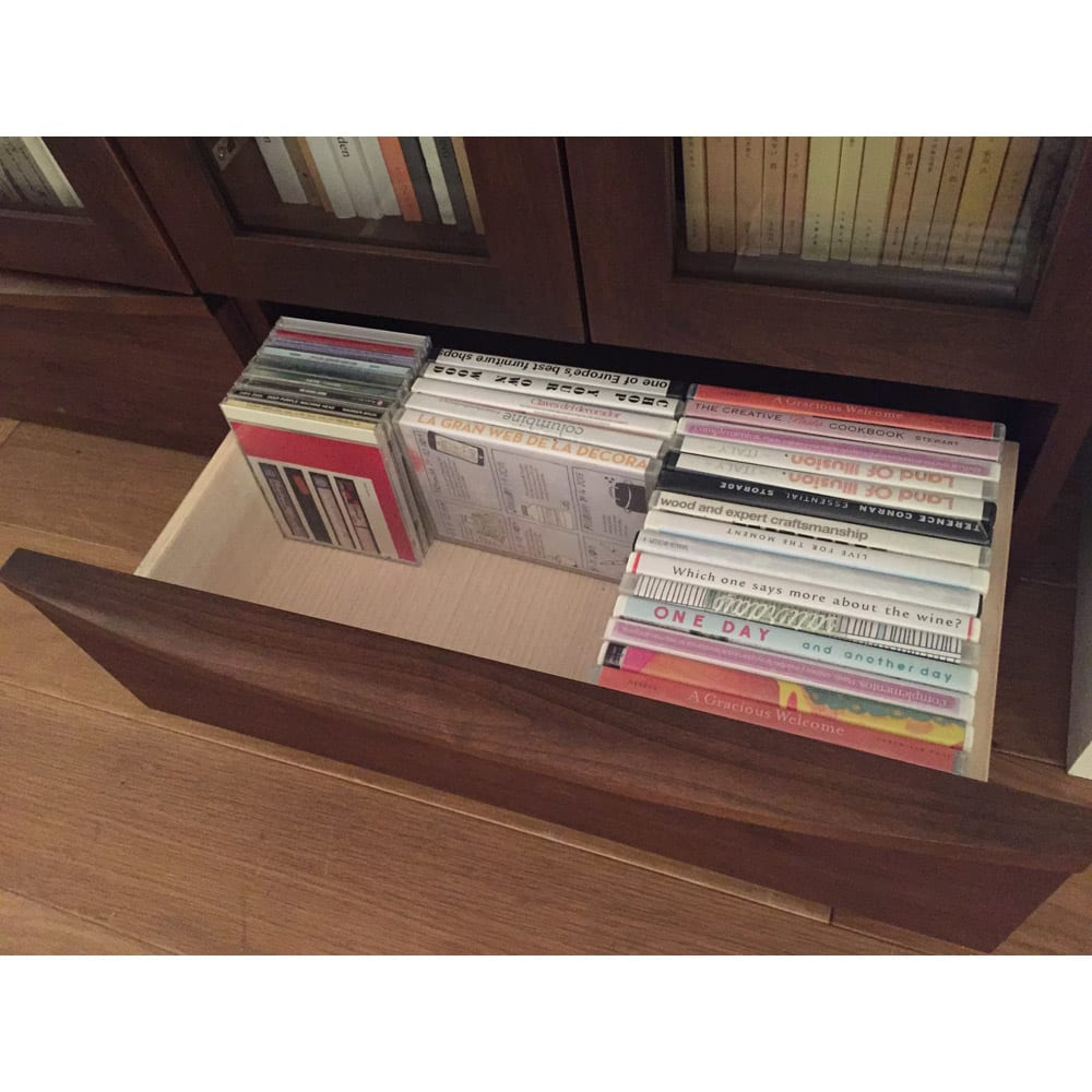 アルダー天然木頑丈書棚幅60奥行32ハイタイプ高さ180cm 大きな引出付でDVD・CDも立てて収納できます。