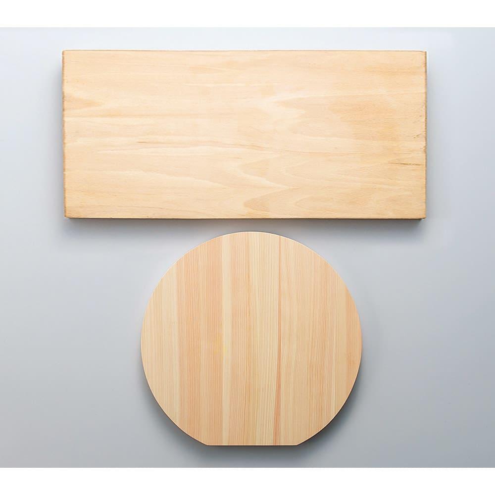 国産ひのきの丸型まな板(直径25cm/直径35cm) 長方形のまな板も、実は使っているのは中心部分がほとんど。丸型ならいつもと同じ感覚で使いながら、キッチンの作業スペースがぐっと拡大します。
