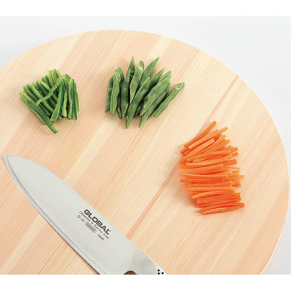 国産ひのきの丸型まな板(直径25cm/直径35cm) 回転させながら複数の食材を切っていけるのも丸型ならでは。
