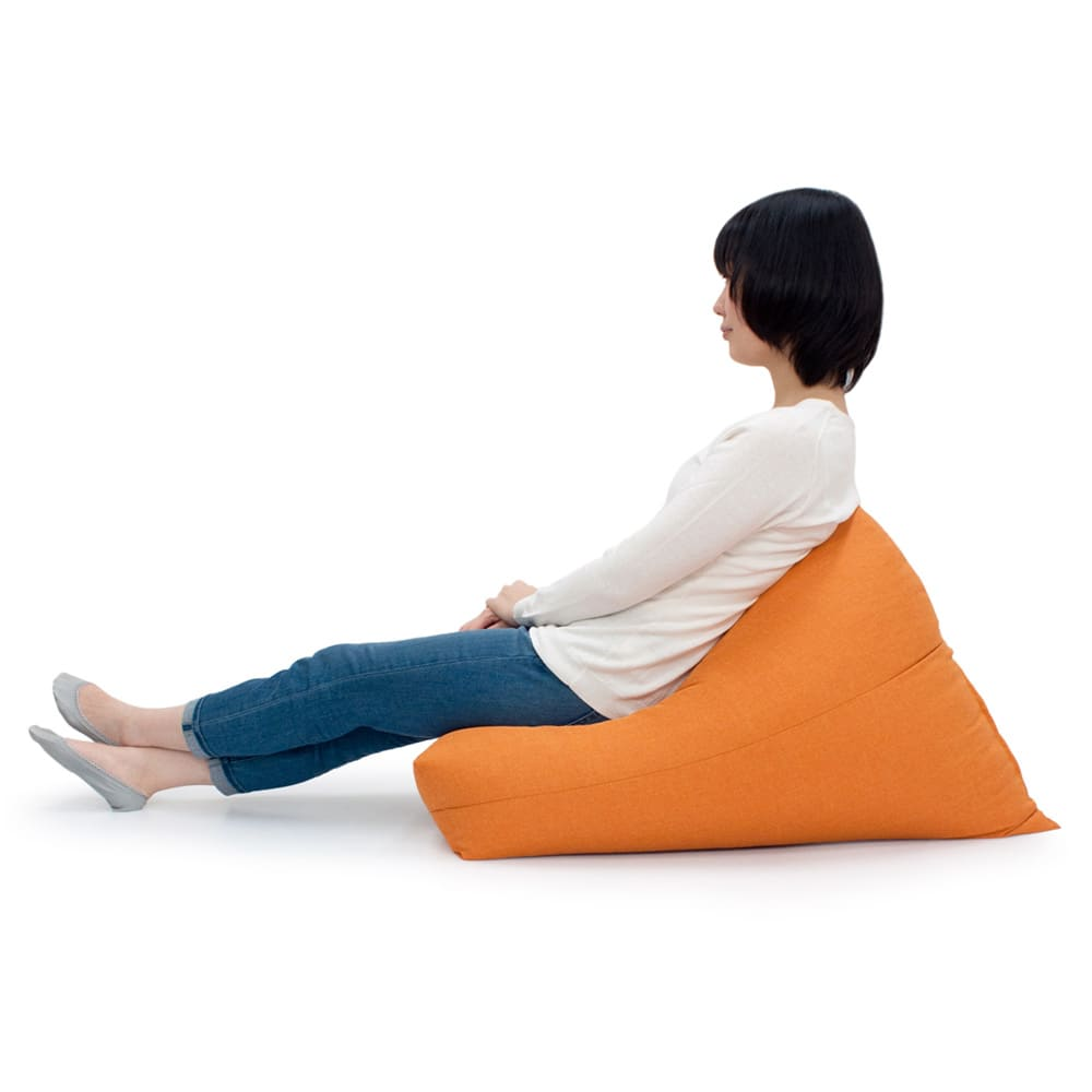 しっかり座れるコンパクトビーズクッション 背もたれに寄りかかったり、腰を支えたり、ごろ寝クッションにしたりと、お好みの姿勢でくつろげます。