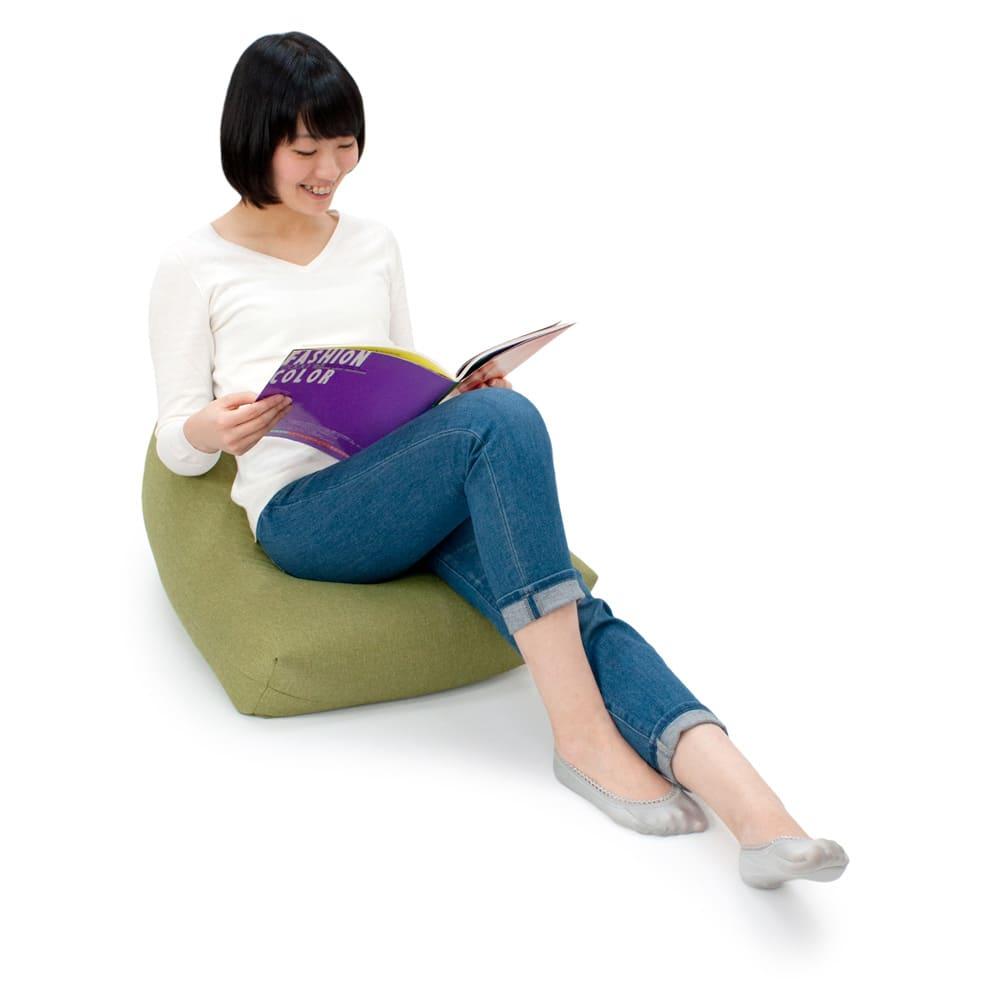 しっかり座れるコンパクトビーズクッション ふっくらとした厚みで包み込まれるようなすわり心地。