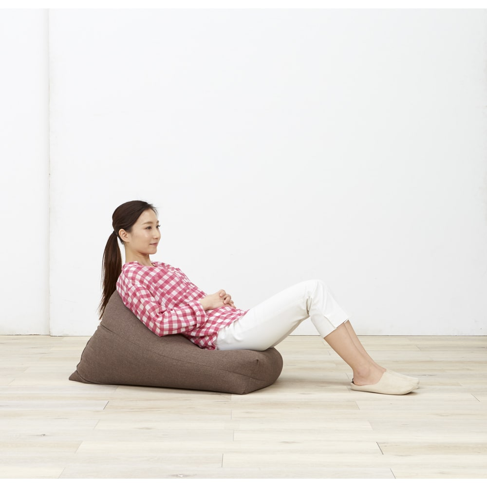 しっかり座れるコンパクトビーズクッション 座り方も自由自在