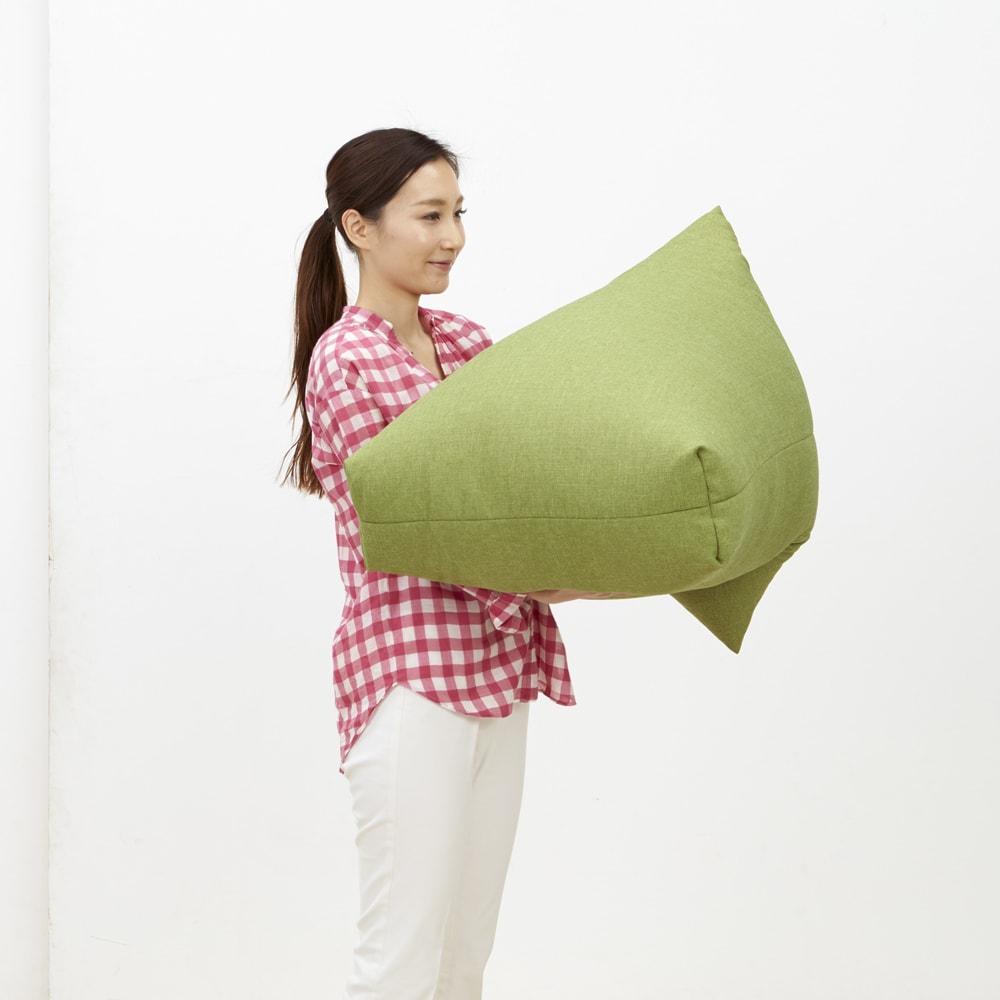 しっかり座れるコンパクトビーズクッション 軽いので、持ち運びもラクラク。