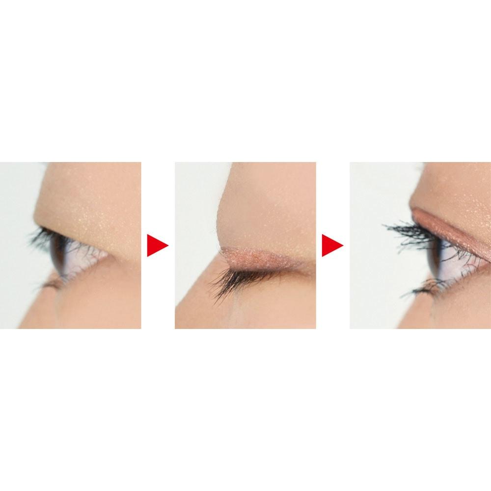 二重メイクシャドウ 4ml 塗ることでテープ状の薄い膜ができ、目を開けるとその膜が上方の皮膚に折り込まれてラインが現れます。まばたきをしてもひきつらず、自然な仕上がり。