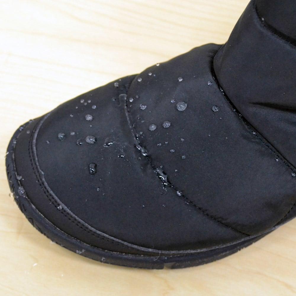 足元ふわもこ キルティングブーツ 外側の素材にははっ水加工を施しているので、雨や雪に強く、水濡れによるベタベタを軽減。
