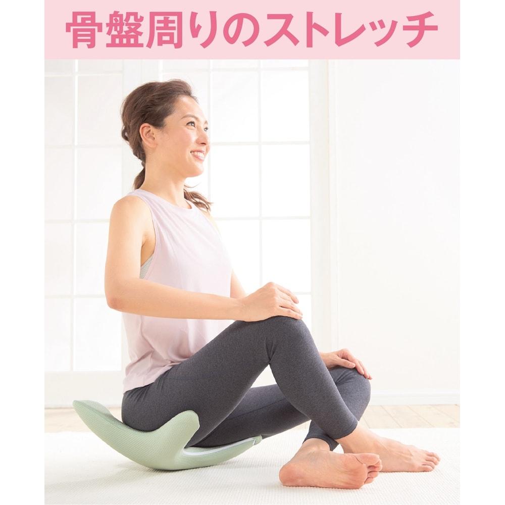 エアロライフ グッド・コア 腹筋以外にも使い方いろいろ 上に座って、ゆらゆら。骨盤周りを伸ばし、ほぐします。