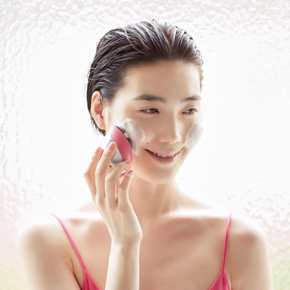 ミーゼ クレンズリフト (ア)ローズ  所要時間は最短1分。洗顔料を泡立てて塗布し、濡らした本体で円を描くようにすべらせます。やさしい使用感でキュッと肌が目覚めるので、朝洗顔にもぴったりです。