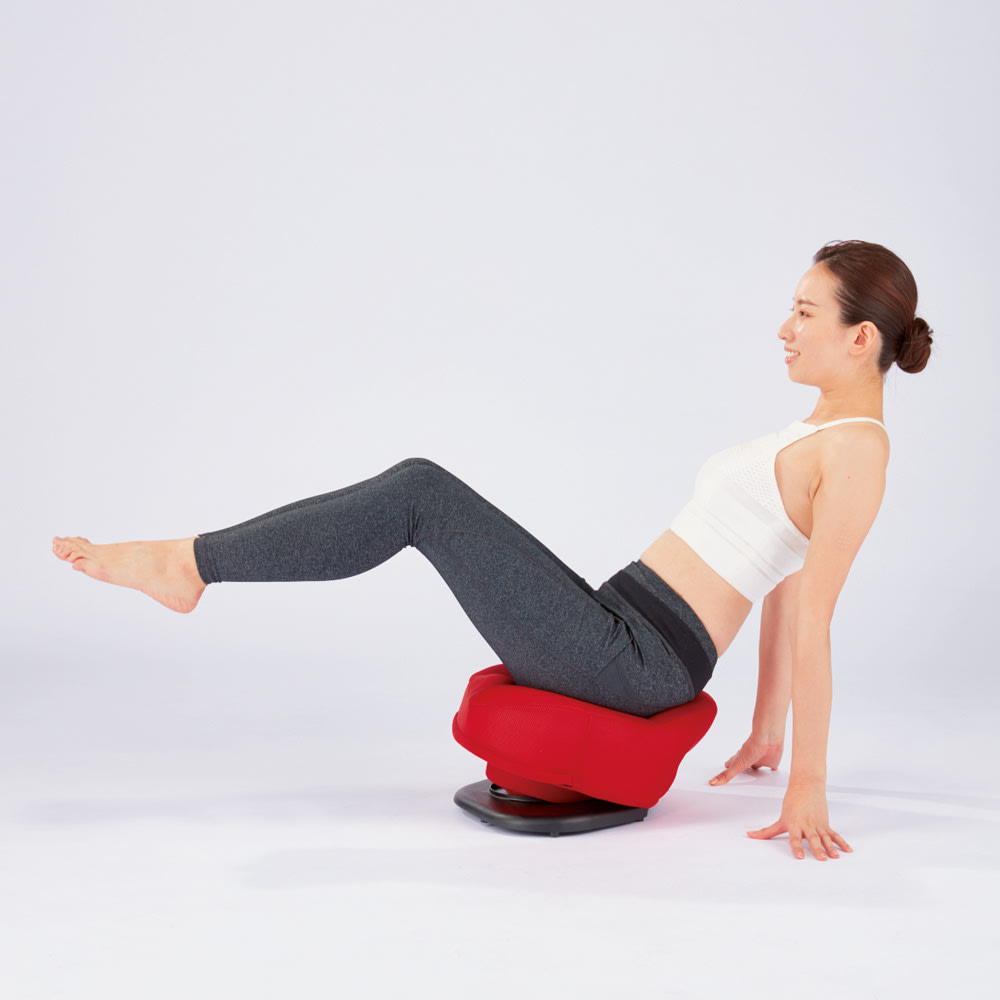 東急スポーツオアシス 骨盤スリムチェアDX 座って揺れるだけ 3つのエクササイズで筋肉を刺激 3 体幹強化(コアトレーニング) 上半身を後ろに傾けて床に手をつけ、両脚を床から持ち上げたままキープ。肩の力は抜き、お腹に力を入れることで体幹を鍛えます。