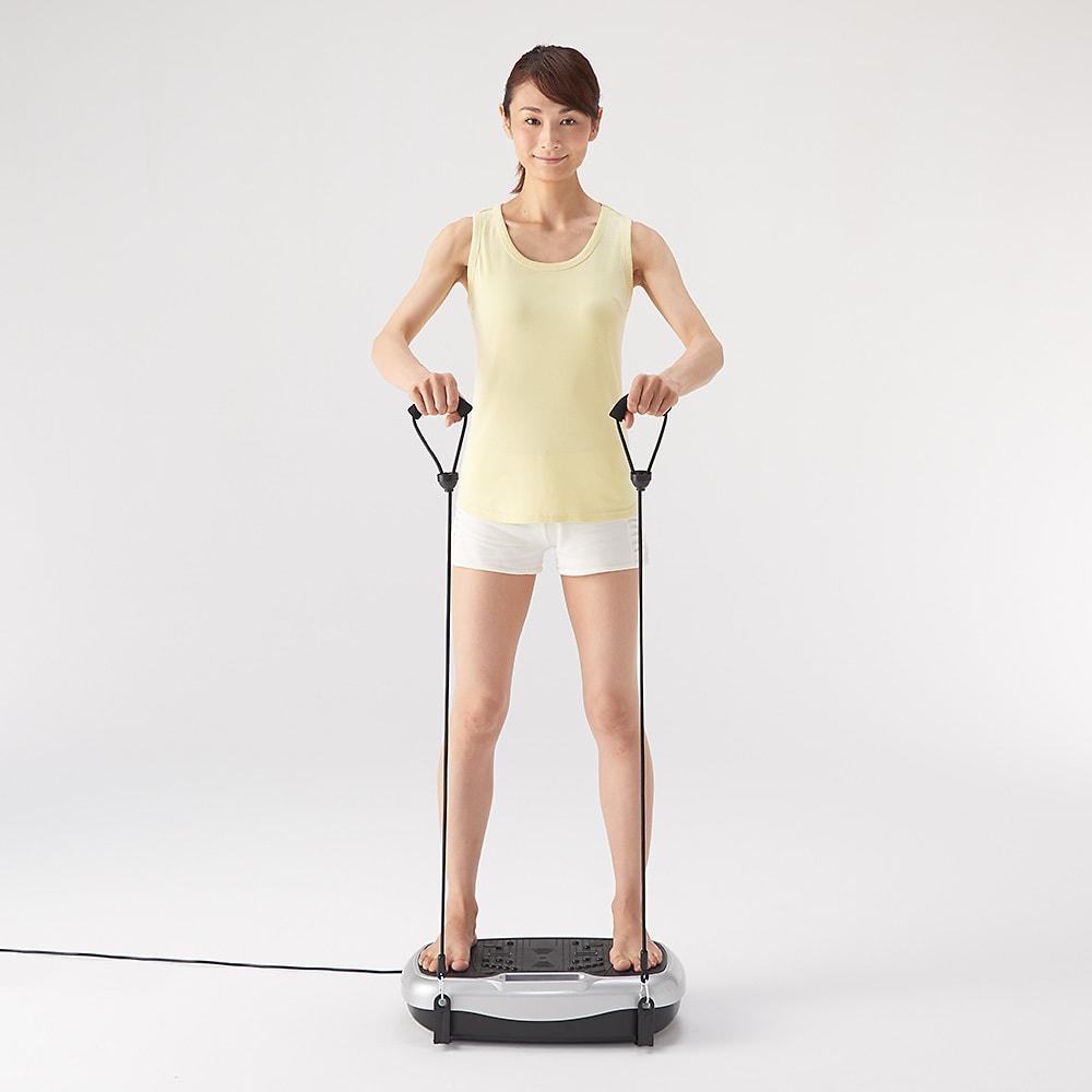 ライフフィットトレーナー 2WAY ストレッチゴムを使って直立。腹筋とヒップのエクササイズに(ストレッチゴムは上半身をトレーニングする時にご利用ください)。