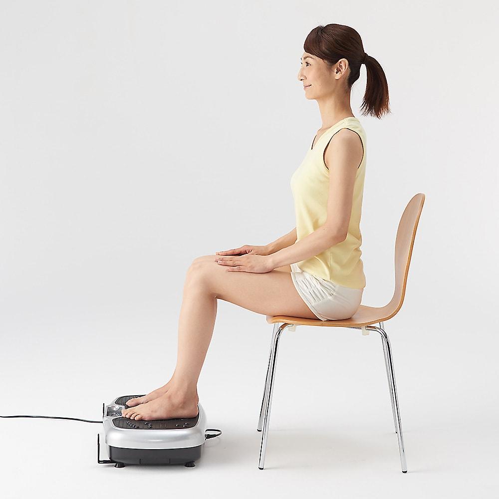 ライフフィットトレーナー 2WAY 両足乗せ。椅子を用いて座り、機器正面で両足を乗せる。脚のエクササイズに。