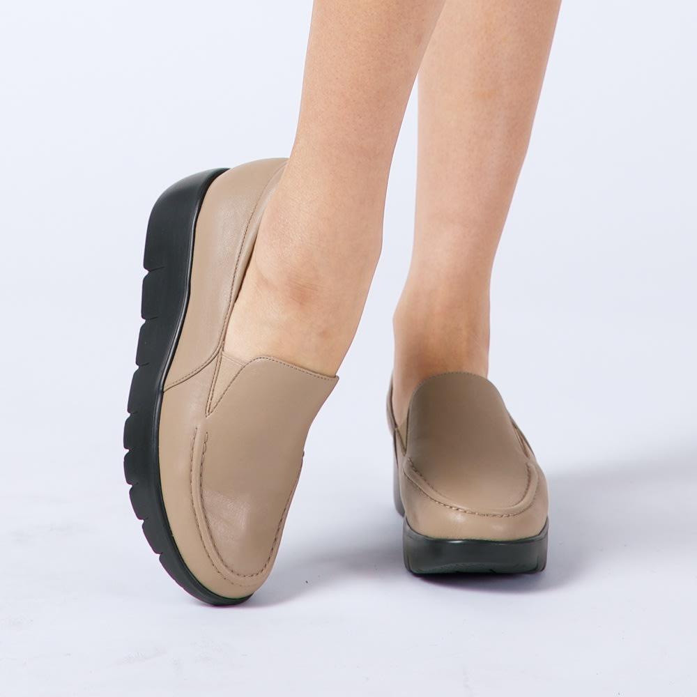 スリムコーチ エクササイズローファー (イ)グレージュ コーディネート例 ストレッチ性の高い合成皮革を使用。やわらかな履き心地。
