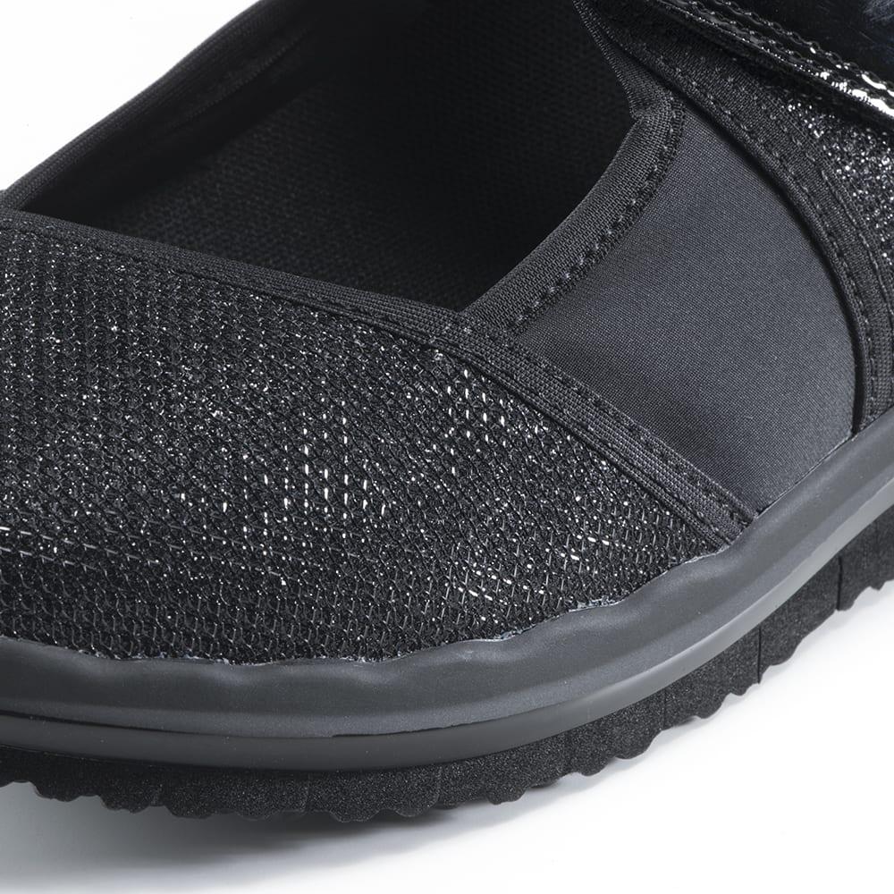 ヌーディウォークパンプススニーカー 軽く、伸縮性のある生地を採用。足を包み込むようにフィットし、まるで裸足のような履き心地。