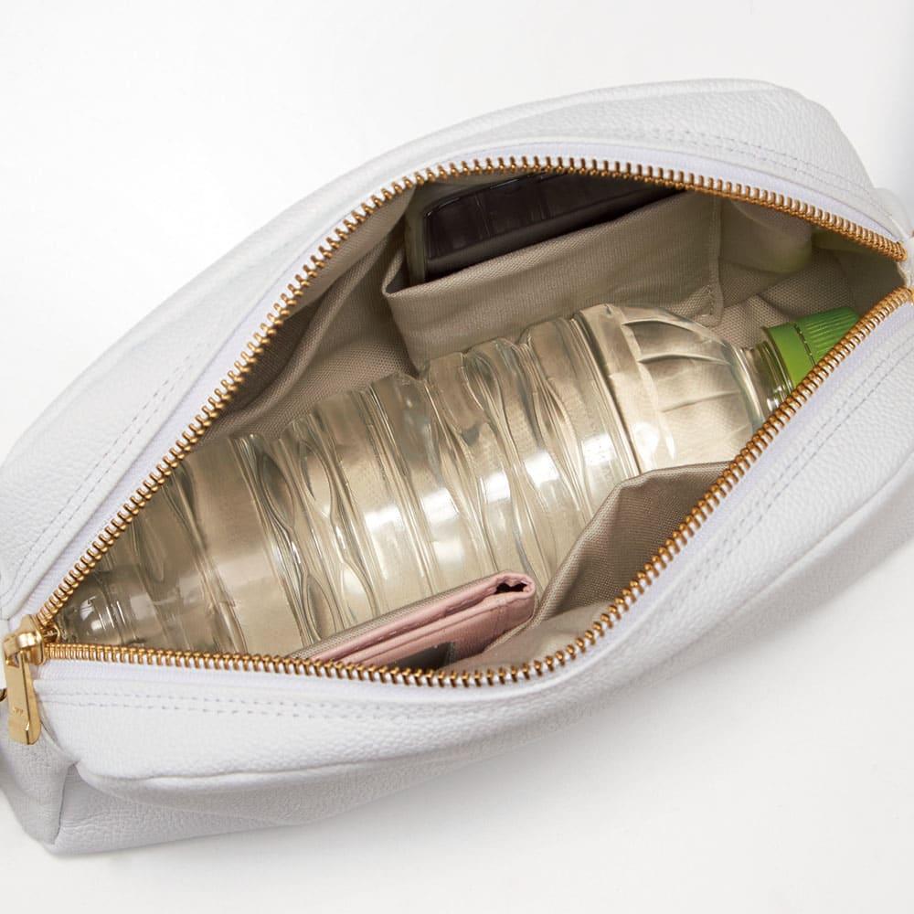 AQUALEATHER(R)/アクアレザー ショルダーポーチ 両サイド4ポケットにペットボトルも入る収納力の高さも魅力です。