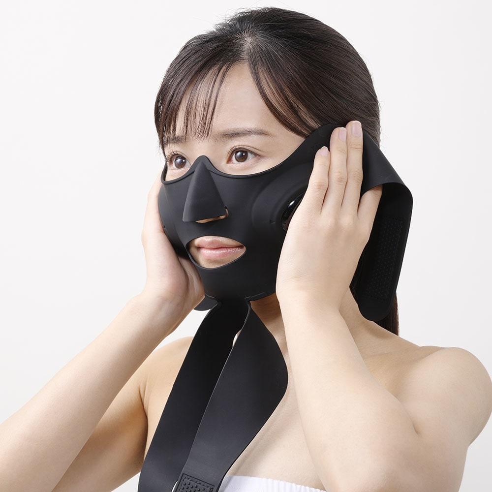 メディリフト(ウェアラブル美顔器) [HOW TO USE メディリフトの使い方] 1.化粧水で肌を整え、シリコーンマスクの鼻と口の位置を顔に合わせます。
