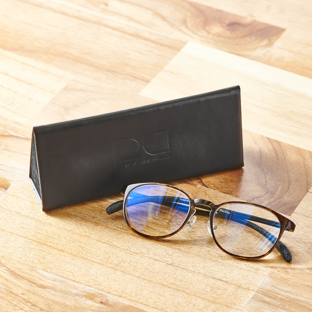 累進多焦点レンズ搭載のシニアグラス「ピントグラス」 コンパクトで持ち運びにも便利なケース付き。写真は(ウ)ベッコウ柄です。