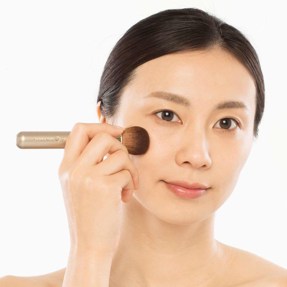 オンリーミネラル プレミアムファンデーション (7g) ブラシセット お顔の中心から外側へ円を描くようになじませ、しっかり押し付けます。
