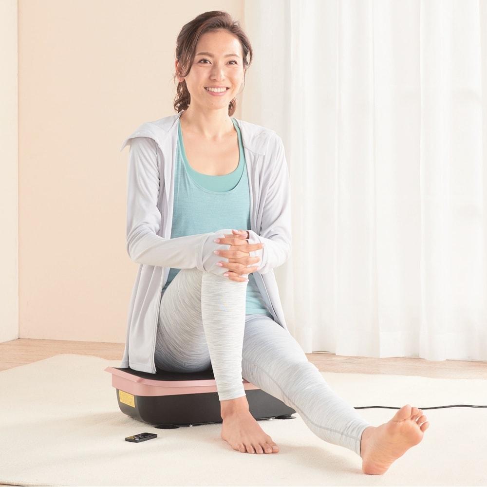ハイブリッドコア 【立つ・座る・乗せるだけ!ながら使用でもいろいろな部位をトレーニング可能】 ※EMSモード使用の際、黒い面に素肌が触れるようにして下さい。 ボードを床や椅子の上に置いて座れば、ウエスト・背筋・ヒップにアプローチ。
