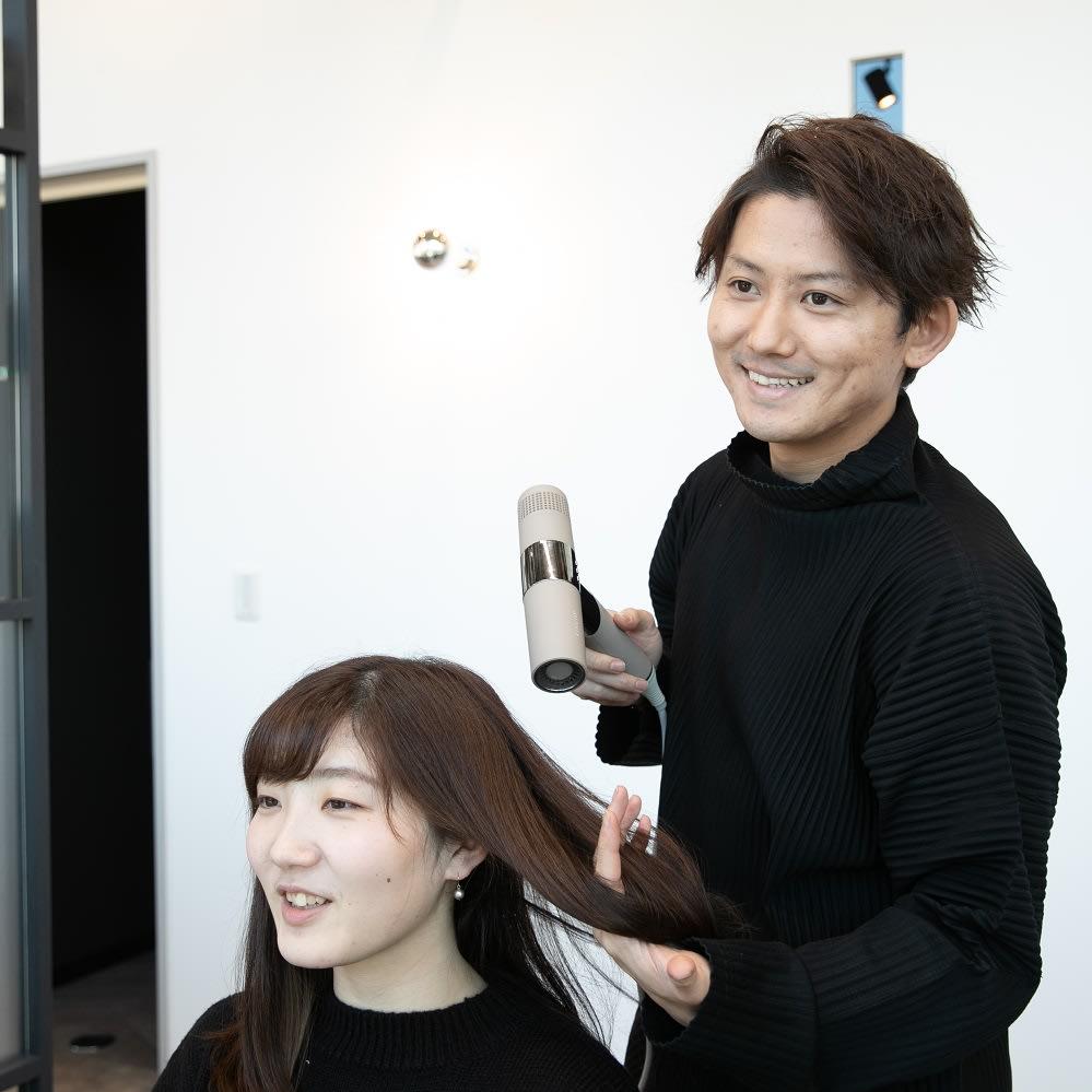 キヌージョ ヘアドライヤー 【KINUJO Hair Dryer】 【株式会社iii(スリー)代表 寺村優太さん】髪を乾かすとき、途中で疲れて半渇きのままだと傷みやパサつきの原因に。だからドライヤーは使いやすさが大切。「軽い」「風が強い」「手が疲れない」!デザインの良さとコンパクトなサイズも魅力ですね。 ※個人の感想です。