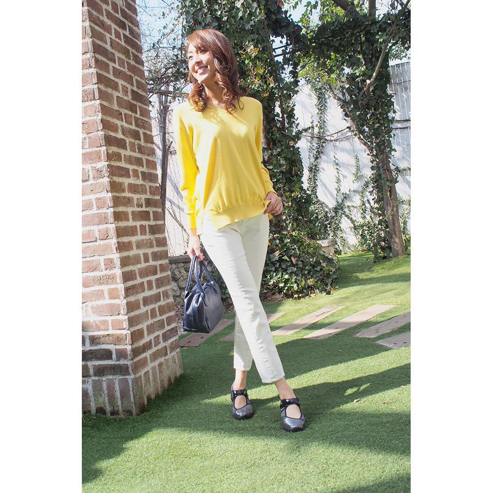 ヌーディウォークパンプススニーカー ○白パンツに合わせてスッキリ爽やかスタイルに。