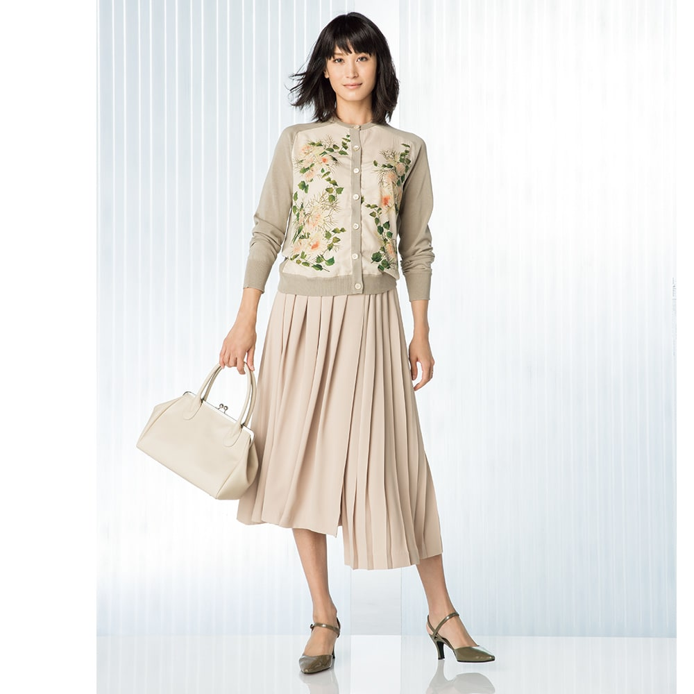 布帛×ニット ドッキング カーディガン コーディネート例 /繊細な花とスモーキーなワントーンだから、春らしく着こなしやすいんです。
