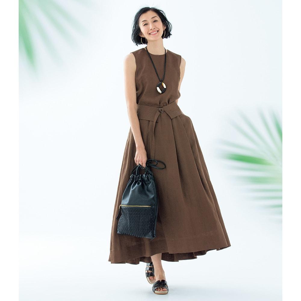 ウォッシャブルリネン 共布ベルト付き ノースリーブ ブラウス コーディネート例 /スカートにブラウスをインして上から共布の幅広ベルトでウエストマークすれば、ワンピース風スタイルの完成です。