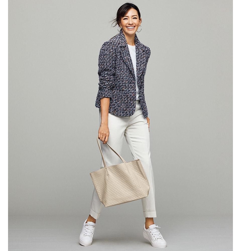 リヨセル混 センタープレス デニム風パンツ コーディネート例 /白を合わせてファンシーツイードをスポーティに。ダブルの裾が利いています。