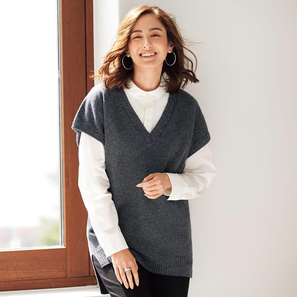 ホールガーメント(R) バックケーブル編み入り ウール Vネック ニットベスト コーディネート例 /ニットベストとシャツを重ねた春へのスイッチコーディネート。