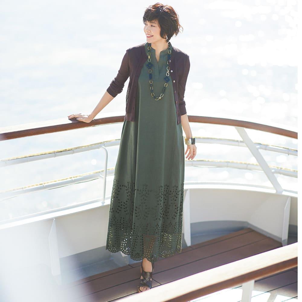 カットワークレース ワンピース コーディネート例 /ノースリーブのサマードレスと透かし編みカーデの黄金コンビ