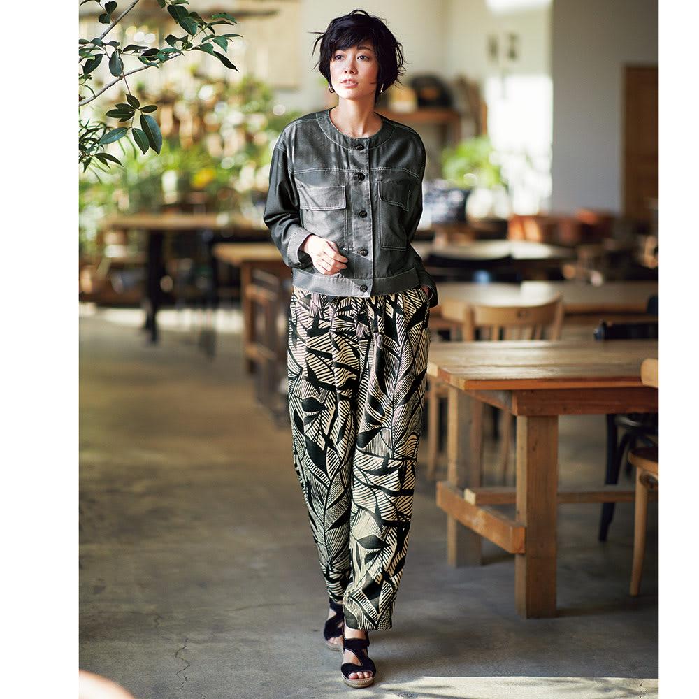 トロピカル リーフプリント セミワイドパンツ コーディネート例 /ショート丈のシャツジャケットと柄ワイドパンツの好バランスに注目