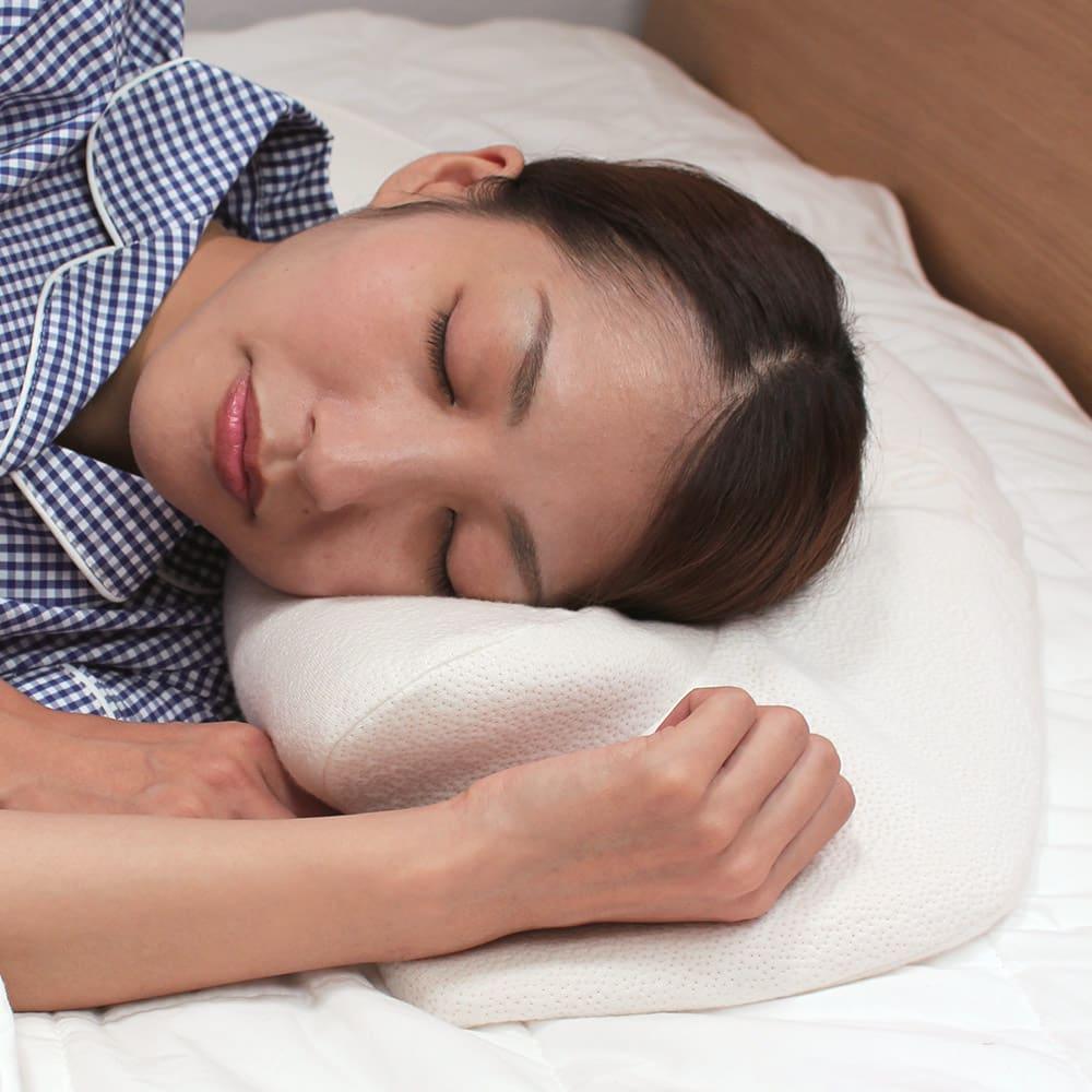 自然体で眠れる枕 基本セット(本体+カバー1枚付き) 手を入れる空間があることでよりリラックスした姿勢で眠ることができます。