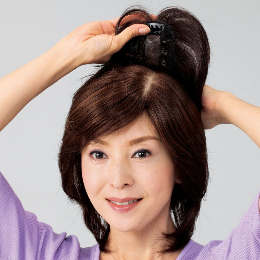 人毛100%地肌付き分け目ピース ピンを地肌に留めるだけで簡単に装着できます。