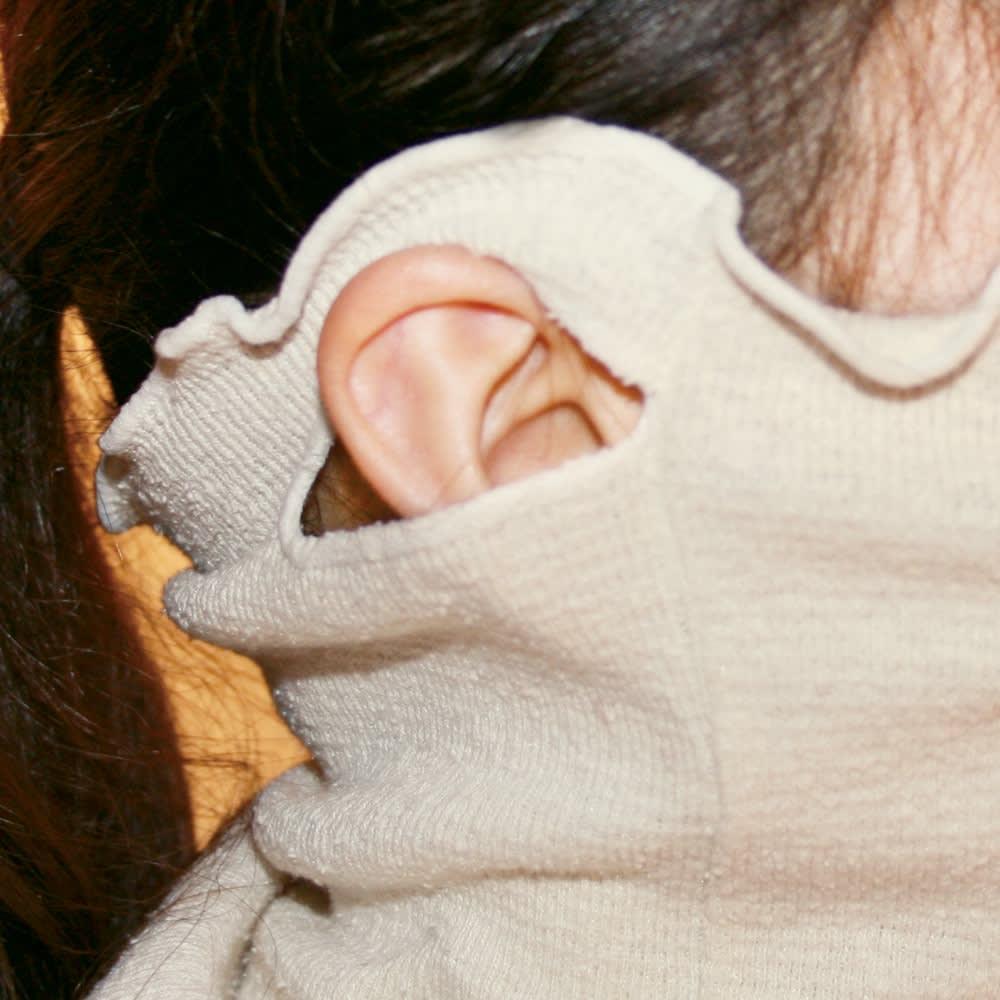 シルクおやすみフェイスマスク 耳にかけられるので、動いてもずれにくい。