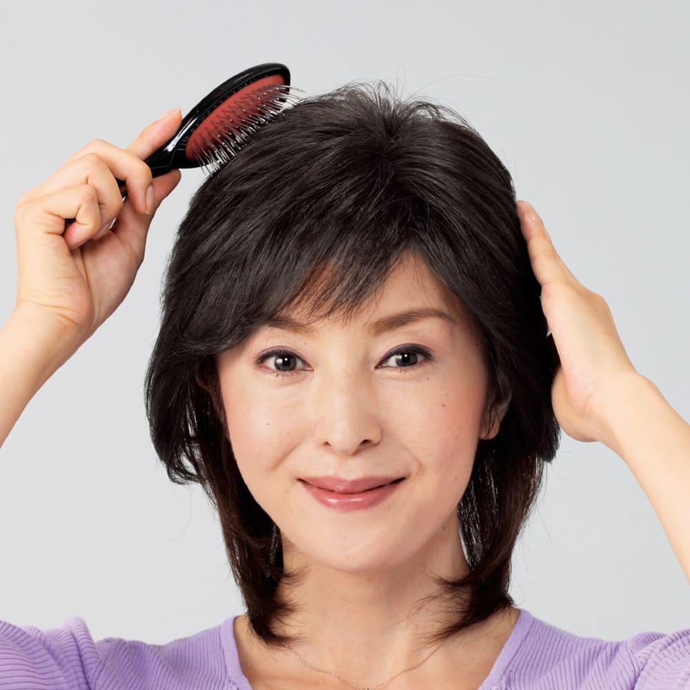 人毛100%地肌付き分け目ピース 付属品のブラシでなじませれば、自然な仕上がり。穴から自毛をだせば、さらに髪になじみやすく。