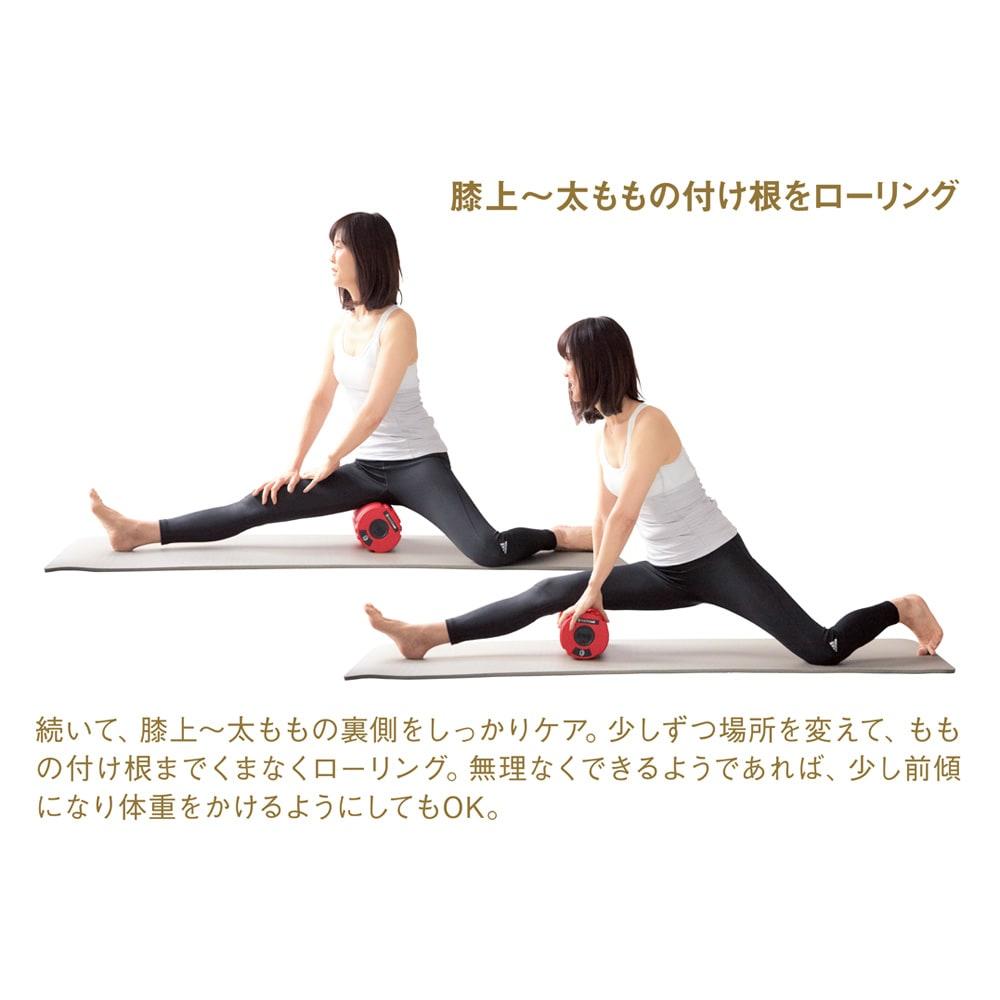 DOCTORAIR/ドクターエア ストレッチロールS 膝上~太ももの付け根をローリング 続いて、膝上~太ももの裏側をしっかりケア。少しずつ場所を変えて、ももの付け根までくまなくローリング。無理なくできるようであれば、少し前傾になり体重をかけるようにしてもOK。