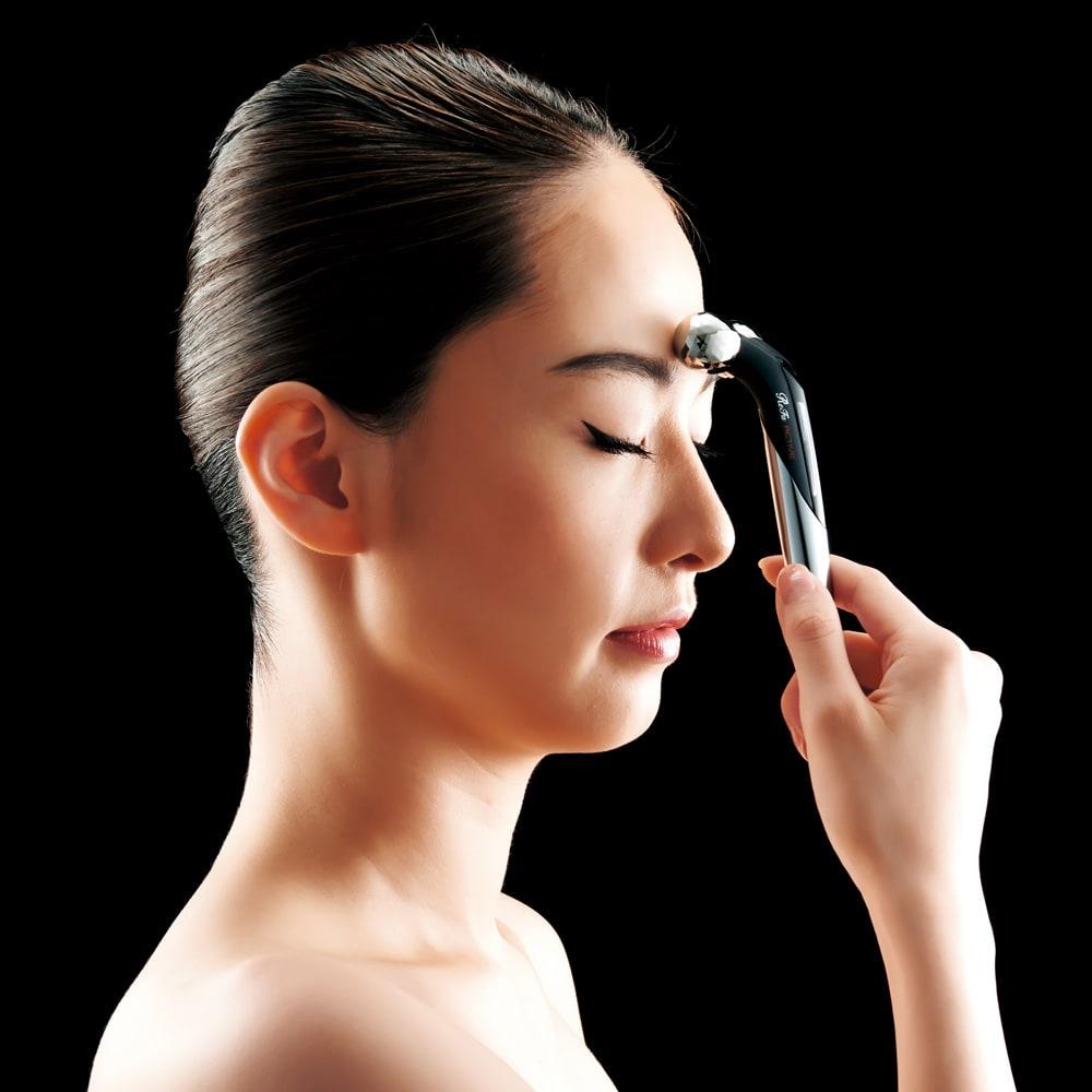 ReFa/リファ プラチナ電子ローラー(R) ReFa ACTIVE DIGIT (リファアクティブディジット) 眉間から生え際まで、額を引き上げるようにやさしくローリング。