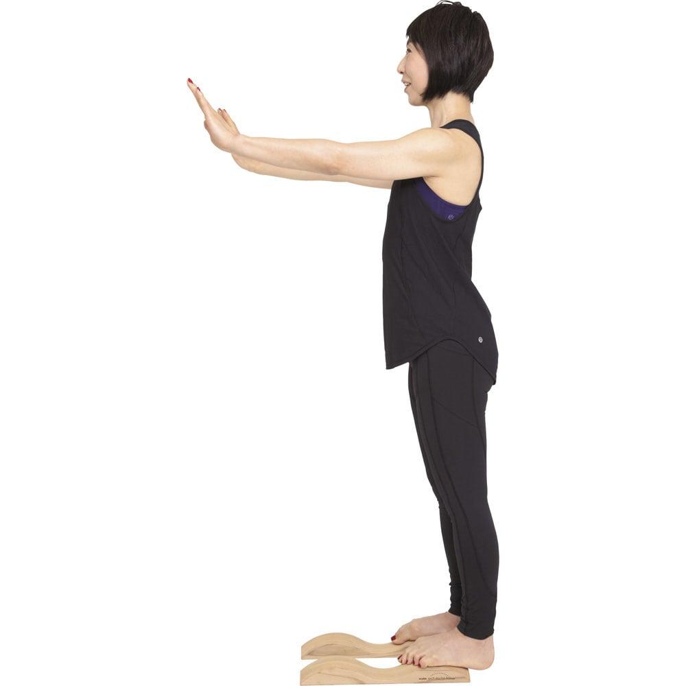 アーチドクターAQミニ ふくらはぎストレッチ 後端に立って息を吸い、吐きながら足裏とふくらはぎを10秒間、伸ばします。かかとを床につけるのが難しいようなら浮かせてもOKです。