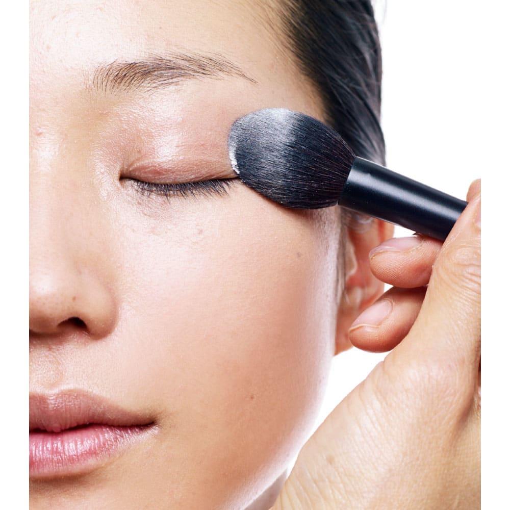 MiMC/エムアイエムシー モイスチュアシルク 8g 乾きやすい目元には潤うパウダーを 「目のキワやまぶたは化粧崩れしやすいと同時に、とても乾燥しやすい部分。潤いを奪わないパウダーを使います」。パウダーを使い分けることで美しい仕上がりをキープ。