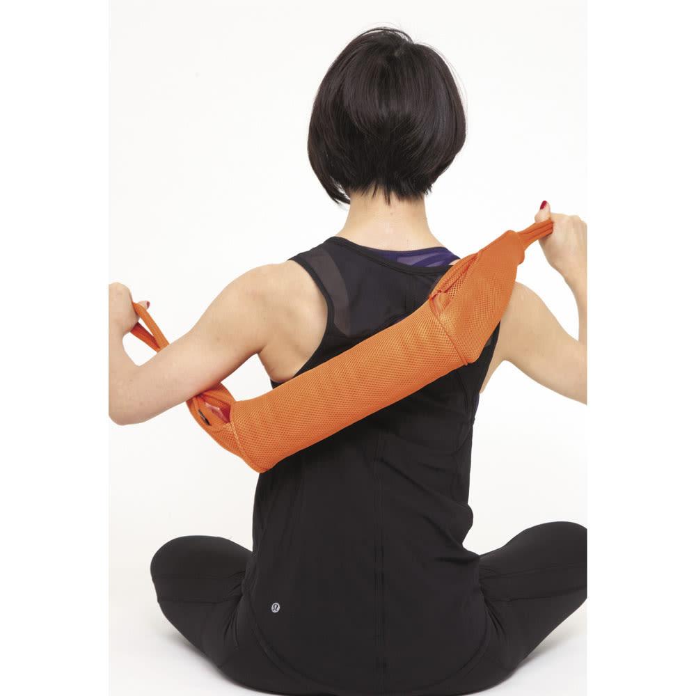 DOCTOR AIR/ドクターエア 3Dマッサージロール 背中 背中を洗う時のように斜めに持ち、肩甲骨の内側から腰の手前をブルブル。手の届かないところもほぐせるのがミニサイズの良いところ。